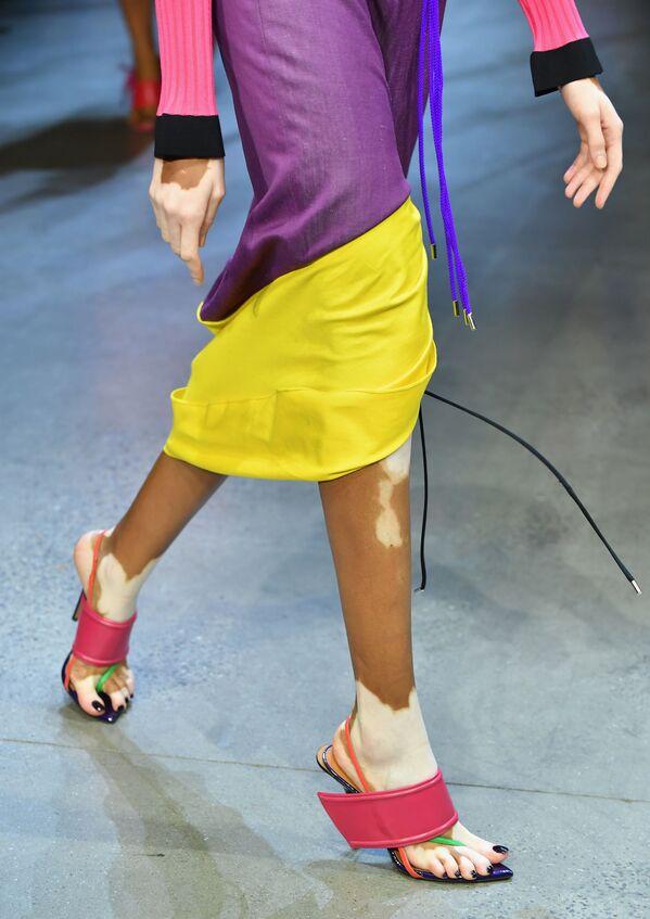 Người mẫu trình bày bộ sưu tập của nhà thiết kế Desmond là Amazing tại Tuần lễ thời trang ở New York, Hoa Kỳ - Sputnik Việt Nam