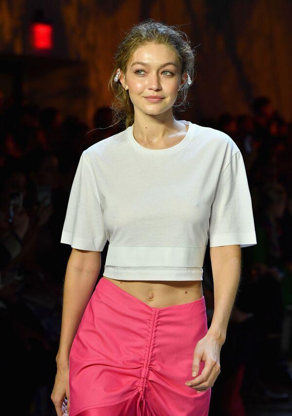Người mẫu Gigi Hadid trình bày bộ sưu tập mùa Xuân/Hè 2019 của Prabal Gurung tại Tuần lễ thời trang ở New York - Sputnik Việt Nam