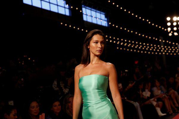Người mẫu Bella Hadid tại triển lãm bộ sưu tập mùa Xuân/Hè 2019 của Brandon Maxwell tại Tuần lễ thời trang ở New York - Sputnik Việt Nam