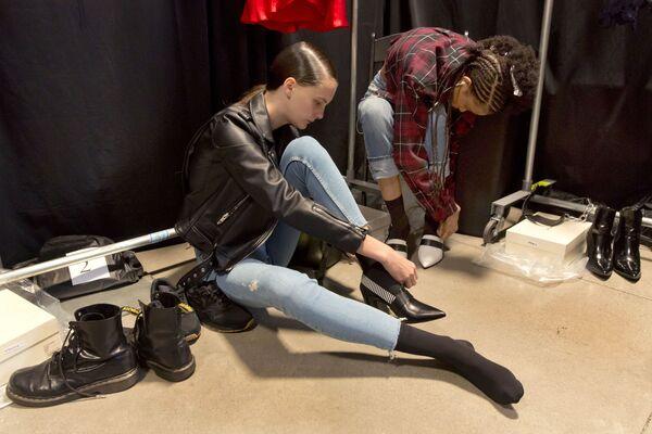 Những người mẫu trước khi trình diễn bộ sưu tập mùa xuân Self Portrait tại Tuần lễ thời trang ở New York - Sputnik Việt Nam