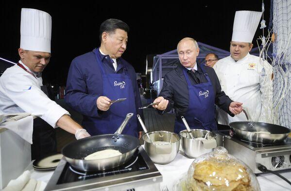 Hai ông Putin và Tập Cận Bình dạo chợ cá - Sputnik Việt Nam