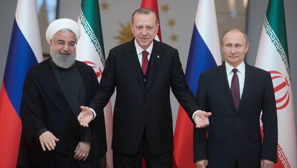 Президент Ирана Хасан Рухани, президент Турции Реджеп Тайип Эрдоган и президент РФ Владимир Путин во время совместного фотографирования перед началом встречи в Анкаре - Sputnik Việt Nam