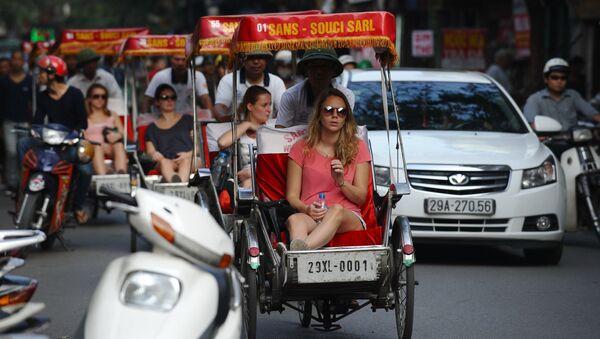 Khách du lịch đi bằng xích lô tại khu phố cổ Hà Nội, Việt Nam - Sputnik Việt Nam
