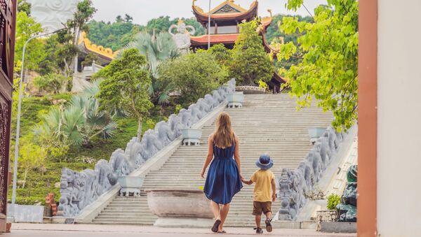 Туристы осматривают пагоду во Вьетнаме - Sputnik Việt Nam