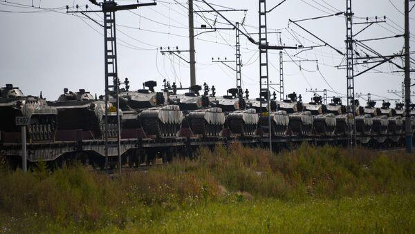 Эшелоны с военнослужащими и военной техникой армии Китая, которые примут участие в военных учениях Восток-2018 - Sputnik Việt Nam