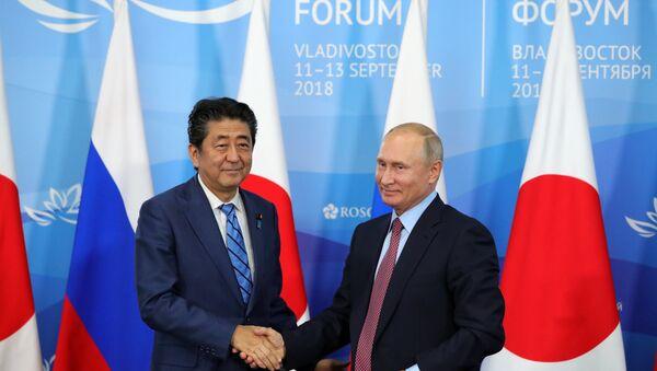 Tổng thống Nga Vladimir Putin và Thủ tướng Nhật Bản Shinzo Abe tại Diễn đàn Kinh tế Đông - Sputnik Việt Nam