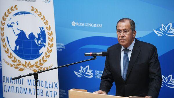 Ngoại trưởng Nga Sergei Lavrov trong bài phát biểu tại diễn đàn các nhà ngoại giao trẻ trong khuôn khổ Diễn đàn Kinh tế Đông - Sputnik Việt Nam