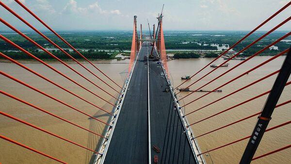 Cầu bắc qua sông Bạch Đằng từ phường Đông Hải 2, quận Hải An (Hải Phòng) đến xã Liên Vị (thị xã Quảng Yên, Quảng Ninh), dài 5,4 km bao gồm cả đường dẫn (riêng chiều dài cầu là 3,5 km), rộng 25 m, thiết kế 4 làn xe, vận tốc tối đa 100 km/h. - Sputnik Việt Nam