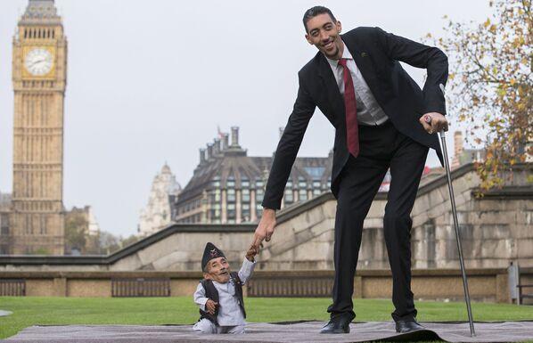 Người nhỏ nhất thế giới Chandra Bahadur Dungy và người cao nhất thế giới Sultan Kosen - Sputnik Việt Nam