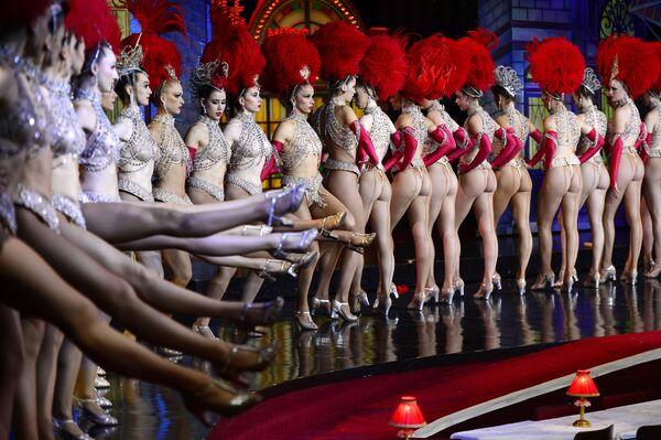 """Ngày 7 tháng 11 năm 2014, tại Paris, nhân kỷ niệm 125 tạp kỹ Moulin Rouge, các vũ công đã lập kỷ lục nhảy điệu """"cancan"""". - Sputnik Việt Nam"""