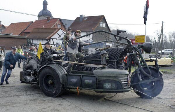 Ngày 20 tháng 11 năm 2007, dân làng Zilly ở miền Đông nước Đức đã trình diễn một chiếc xe máy tự chế, được công nhận là nặng nhất thế giới. - Sputnik Việt Nam