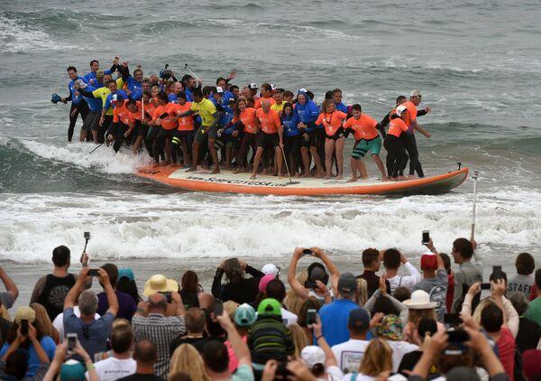 Ngày 20 tháng Bảy năm nay, 66 người lướt ván lập kỷ lục thế giới về số người cùng một lúc lướt trên một tấm ván - Sputnik Việt Nam