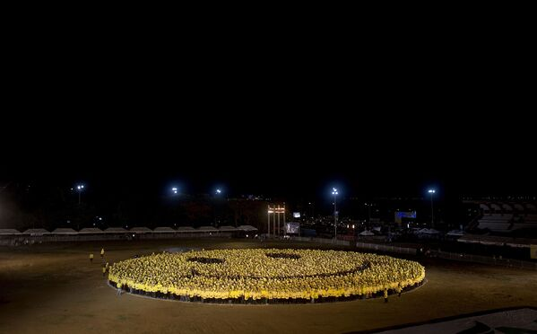 Ngày 30 tháng năm nay, 6000 người Philippines mặc áo sơ mi màu vàng và đen đã xếp hình thành một mặt cười và phá vỡ kỷ lục Qatar - Sputnik Việt Nam
