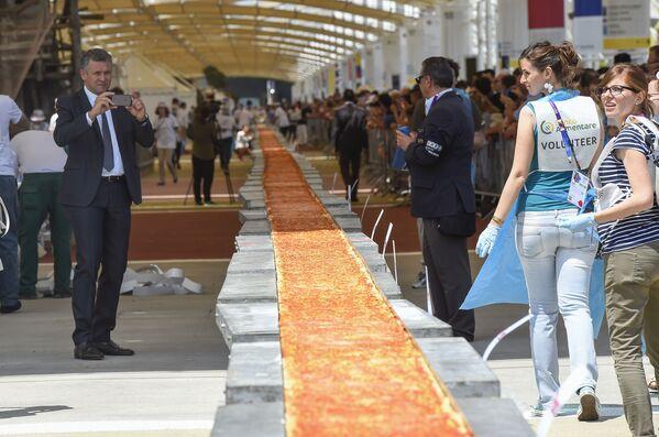 Chiếc bánh pizza lớn nhất thế giới có chiều dài 1.600 mét tại triển lãm Milan Expo 2015. - Sputnik Việt Nam