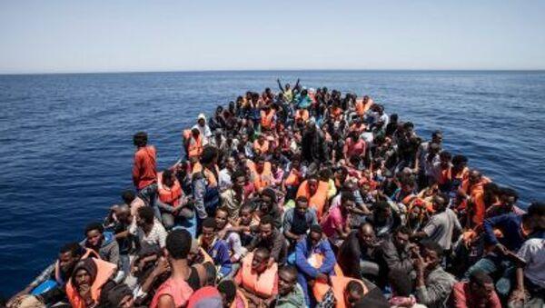 Di dân trên tàu ở bờ biển Libya - Sputnik Việt Nam