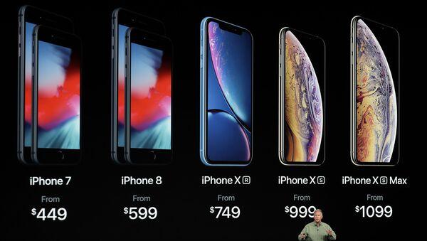 Phó chủ tịch phụ trách tiếp thị của tập đoàn Apple Phil Schiller tại buổi giới thiệu điện thoại thông minh mới: iPhone Xs, iPhone Xs Max và iPhone Xr - Sputnik Việt Nam