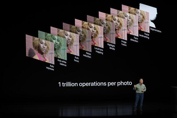 Phó chủ tịch phụ trách tiếp thị của tập đoàn Apple Phil Schiller tại buổi giới thiệu điện thoại thông minh mới: iPhone Xs, iPhone Xs Max và iPhone Xr. - Sputnik Việt Nam