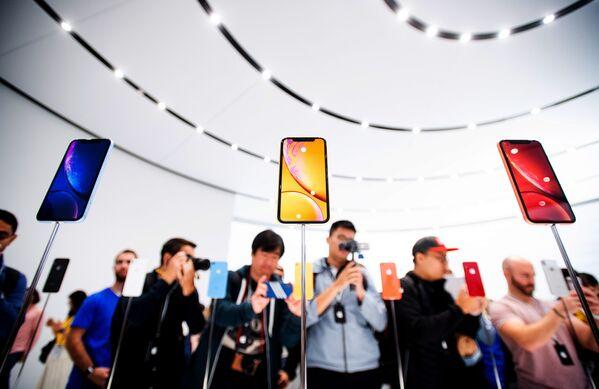Khách tham dự buổi giới thiệu điện thoại thông minh mới iPhone Xr tại thành phố Cupertino của Mỹ (Cupertino, California) - Sputnik Việt Nam