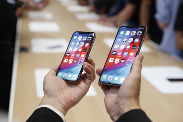 Điện thoại mới Apple iPhone XS (trái) và XS Max (bên phải) tại buổi giới thiệu - Sputnik Việt Nam