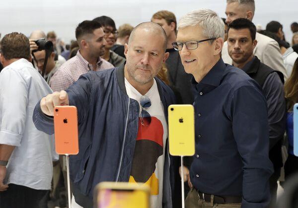 Phó chủ tịch về thiết kế của Apple Jonathan Ive (trái)  và Phó chủ tịch điều hành Tim Cook  trong buổi giới thiệu sản phẩm mới của công ty - Sputnik Việt Nam