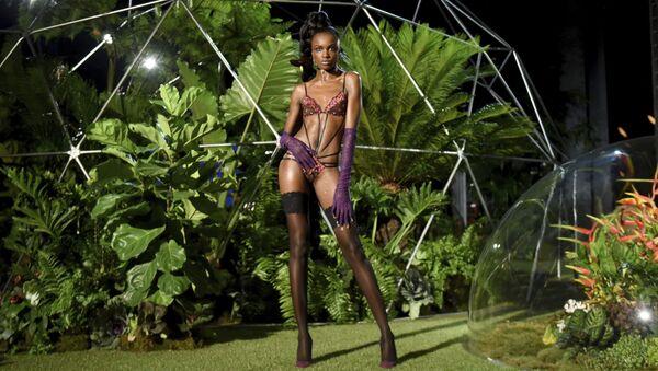 Người mẫu trình diễn bộ sưu tập nội y Savage x Fenty - Sputnik Việt Nam
