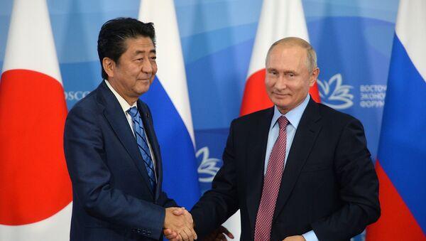 Thủ tướng Nhật Bản Shinzo Abe và Tổng thống Nga Vladimir Putin tại Vladivostok - Sputnik Việt Nam
