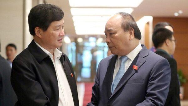 Thủ tướng Nguyễn Xuân Phúc trao đổi với Tổng Thanh tra Chính phủ Lê Minh Khái bên hàng lang một kỳ họp Quóc hội - Sputnik Việt Nam