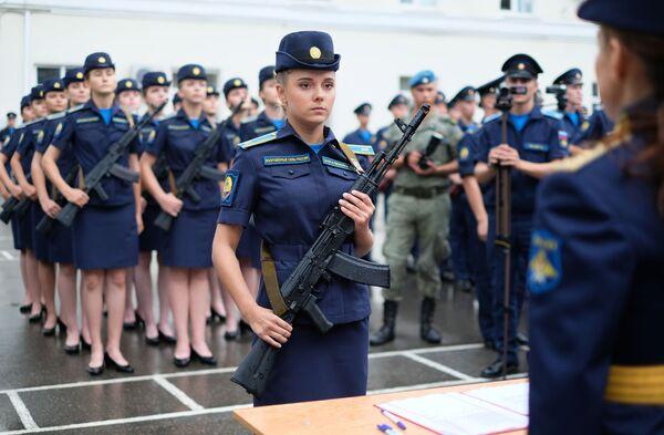 Các học viên trường đào tạo phi công quân sự Krasnodar mang tên Anh hùng Liên Xô A. K. Serov tại lễ tuyên thệ - Sputnik Việt Nam