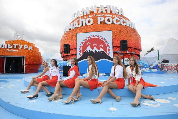 Các cô gái tại gian hàng Kamchatka ở Diễn đàn kinh tế Đông, Vladivostok - Sputnik Việt Nam