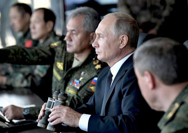 Tổng thống Vladimir Putin thị sát cuộc diễn tập quân sự của các lực lượng vũ trang Nga, Mông Cổ và Trung Quốc Vostok-2018 tại thao trường Tsugol - Sputnik Việt Nam