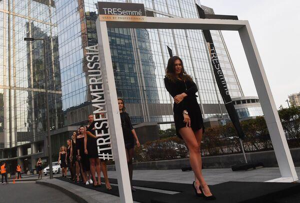 Những người mẫu trên sàn diễn dài nhất thế giới, được dựng lên tại Trung tâm doanh nghiệp quốc tế Moscow-City ở thủ đô Nga - Sputnik Việt Nam