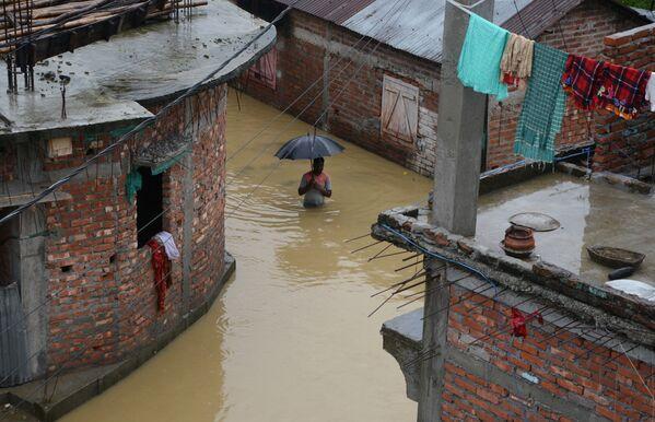 Người đàn ông giữa con đường ngập nước ở thành phố Siliguri, Ấn Độ - Sputnik Việt Nam