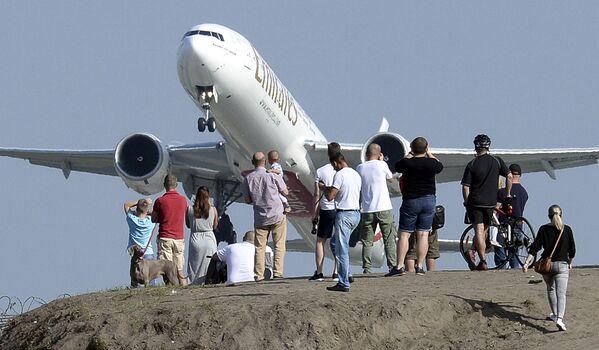 Người dân xem máy bay cất cánh từ sân bay Friederik Chopin ở Warsaw, Ba Lan - Sputnik Việt Nam