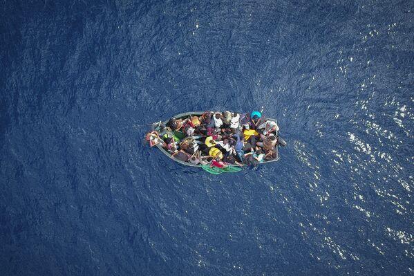 Chiếc thuyền với những người tỵ nạn ở eo biển Gibraltar - Sputnik Việt Nam