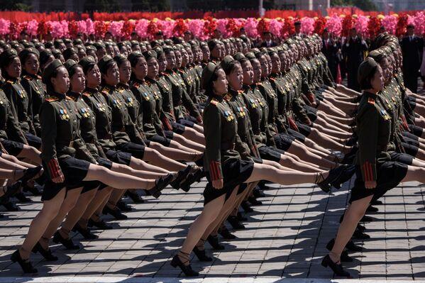 Những người tham gia cuộc diễu hành nhân ngày Quốc khánh CHDCND Triều Tiên ở Bình Nhưỡng - Sputnik Việt Nam