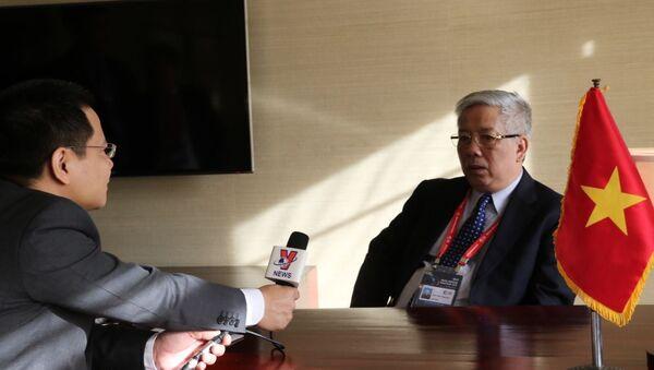 Thứ trưởng Nguyễn Chí Vịnh trao đổi với phóng viên TTXVN tại Seoul. - Sputnik Việt Nam