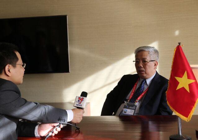 Thứ trưởng Nguyễn Chí Vịnh trao đổi với phóng viên TTXVN tại Seoul.