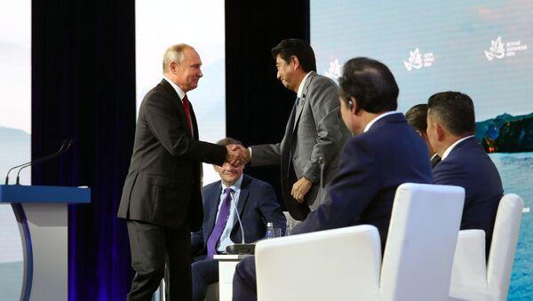 Президент РФ Владимир Путин на пленарном заседании Дальний Восток: расширяя границы возможностей IV Восточного экономического форума - Sputnik Việt Nam
