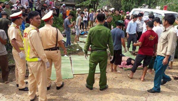 Lực lượng chức năng cứu hộ các nạn nhân vụ TNGT giữa xe bồn và xe khách khiến 11 người chết tại chỗ - Sputnik Việt Nam