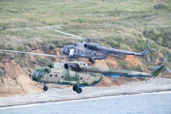 Máy bay trực thăng Mi-8 trong cuộc đổ bộ tại Mũi Klerka trong khuôn khổ tập trận chiến dịch-chiến lược Vostok-2018 - Sputnik Việt Nam