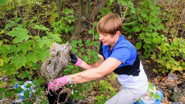 Tổng thống Estonia dọn rác ở công viên Ukraina - Sputnik Việt Nam
