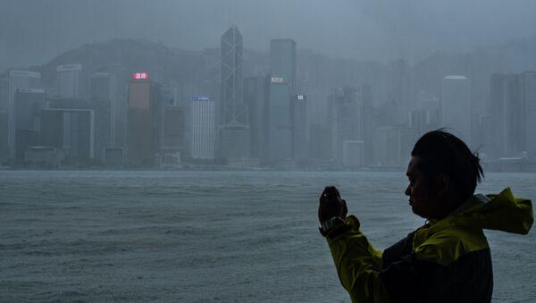 Một người ở Hồng Kông đứng chụp ảnh trước khi siêu bão Mangkhut đổ bộ - Sputnik Việt Nam