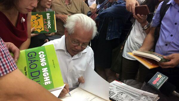 GS Hồ Ngọc Đại ký tặng bộ sách Công nghệ giáo dục - Sputnik Việt Nam