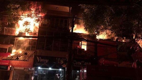 Ngọn lửa cháy dữ dội lan sang nhiều căn nhà - Sputnik Việt Nam