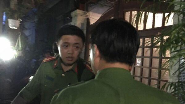 Các cán bộ công an đến khám nhà ông Bằng - Sputnik Việt Nam