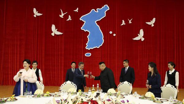 Kim Jong-un chiêu đãi Tổng thống Hàn Quốc súp vây cá mập - Sputnik Việt Nam