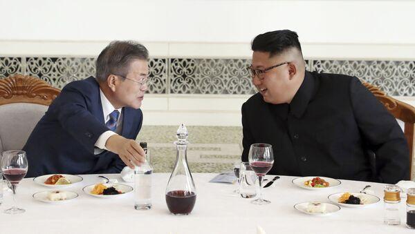 Tổng thống Hàn Quốc Moon Jae-in và lãnh đạo Triều Tiên Kim Jong-un tại nhà hàng Okruju-Gwan ở Bình Nhưỡng - Sputnik Việt Nam