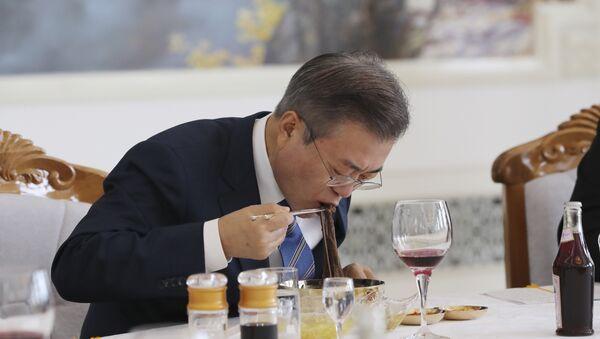 Tổng thống Hàn Quốc Moon Jae-in ăn món súp lạnh với mì kiều mạch tại nhà hàng Onnyugvan nổi tiếng ở Bình Nhưỡng - Sputnik Việt Nam