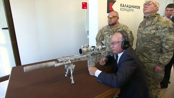 Tổng thống Putin bắn thử súng trường trên trường bắn Kalashnikov - Sputnik Việt Nam