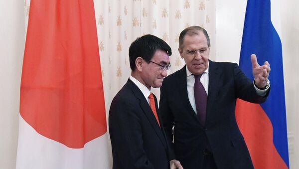 Ngoại trưởng Nhật Bản Taro Kono với Ngoại trưởng Nga Sergey Lavrov - Sputnik Việt Nam